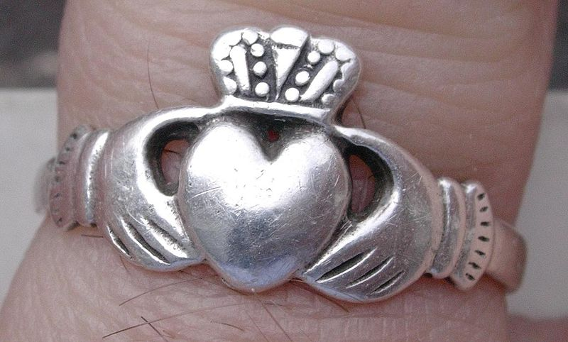 800px-ring-of-claddagh