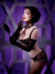 La modelo y Pin-Up Dita Von Teese con un sujetador Wonderbra y ese estilo cabaret revival tan de moda hoy en día. Las mujeres de apropian sin tabues de la lencería.