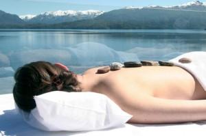 Un masaje con piedras calientes le hará sentir un bienestar único.