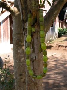Los colores de las joyas de tagua son muy vivos y destacan mucho.