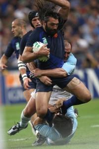 El francés, Sebastian Chabal, una de las estrellas del rugby mundial percutiendo a los pumas argentinos.