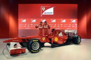 Los pilotos de Ferrari delante el F-150, el último bólido de la marca transalpina.