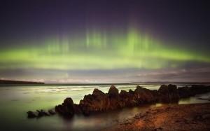 Aurora boreal durante una rara acalmada en el Pentland Firt, que separa las Orcadas del resto de Escocia. Foto de Stewart Watt.