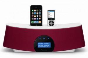 El sistema de altavoces de Pioneer no sólo tiene dock para ipod, sino también para iphone.