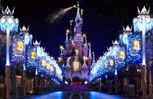 Espectacular el palacio de la Bella Durmiente en Disneyland Paris en una Navidad llena de luce y magia.