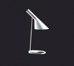 La lámpara A.J, iniciales de Arne Jacobsen, también conocida como Bellevue fue diseñada en 1929. Hoy se siguen vendiendo como cúlmen del diseño.