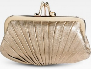 Un bolso de mano o clutch de tonos dorados para cualquier evento.