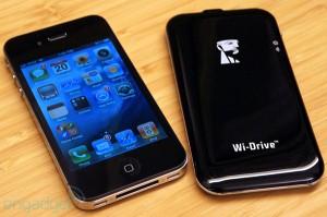 Disco duro de última generación Kingston Wi-Drive que comparte documentos simultáneamente con tres usuarios.