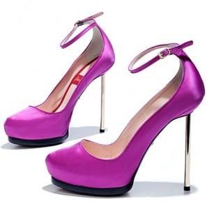 Atrevidas sandalias de color fucsia para la noche de Fin de Año o para otra ocasión especial.